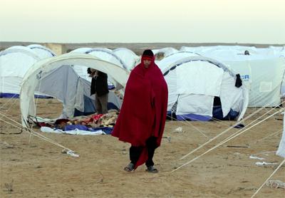 Un refugiado camina por el campamento establecido cerca del paso fronterizo de Ras Jdir. - EFE