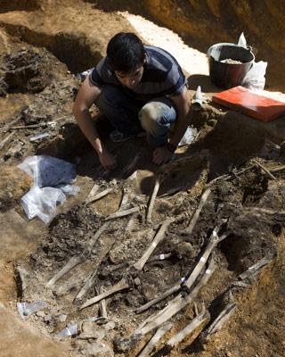 Exhumación en una fosa.