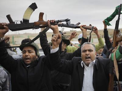 Partidarios de Gadafi alzan sus armas en celebración tras la conquista de Ben Yauad, una de las poblaciones que los rebeldes tuvieron en su poder hasta el sábado. - AP
