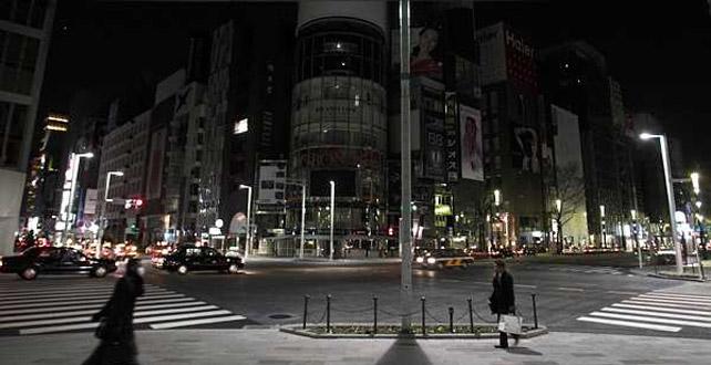 Las calles de Tokio están casi vacías y no presentan la iluminación habitual