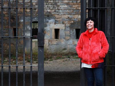 Carmen Domingo, autora de 'La Fuga', en las puertas del fuerte./ Sara Clavijo