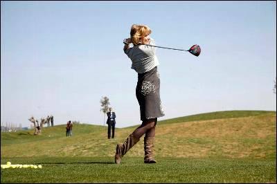 Esperanza Aguirre practica su 'swing' en el campo de golf recién inaugurado.