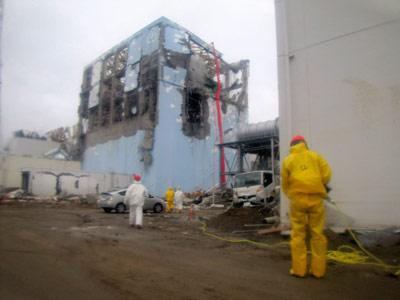 La foto de la empresa Tepco muestra a sus trabajadores echando agua al reactor 4 de la central de Fukushima. - AFP