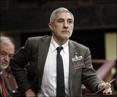 Gaspar Llamazares, portavoz de IU, ayer martes en el pleno extraordinario en el Congreso sobre la intervención de España en Libia. En la solapa de su chaqueta, su 'No a la guerra'.