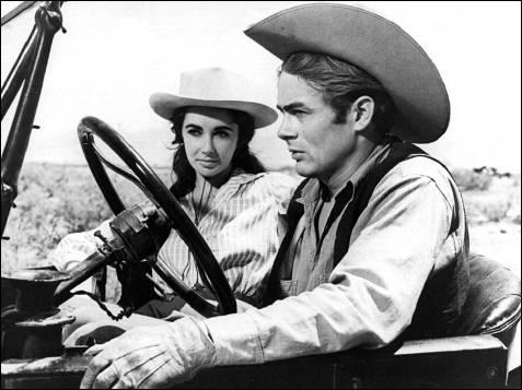 La actriz junto al actor James Dean en un fotograma de la película 'Gigante'.