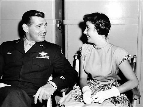 El actor Clark Gable conversa con la actriz durante la época dorada de Hollywood.