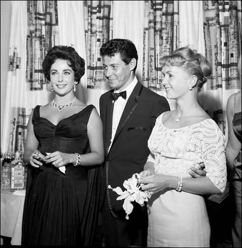 Eddie Fisher fue uno de sus siete esposos. En esta fotografía posa junto a él y junto a la anterior esposa de este, Debbie Reynolds, en el Hotel Tropicana de Las Vegas en 1957.