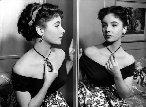 La actriz viéndose reflejada en un espejo en los años 50.