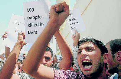 Un grupo de sirios protesta ante la embajada de Siria en Dubái, ayer. karim sahib / afp