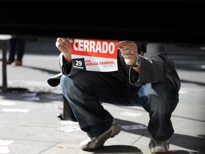 Imagen de un manifestante  con un cartel en la pasada huelga general. FERNANDO SANCHEZ