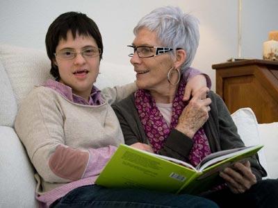 Isabel Bel, con su madre en su casa de Almacelles (Lleida), lamenta que la hayan incapacitado para votar, aunque sabe leer y escribir.