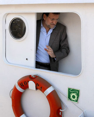 Mariano Rajoy, a bordo del Moropa', en Cambados, el 19 de mayo de 2009. efe