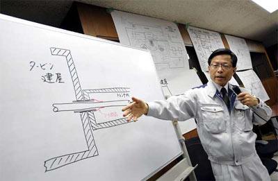 Un portavoz de la Agencia de Seguridad Nuclear de Japón informa sobre la situación de la central de Fukushima. - EFE