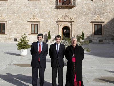 El vicepresidente madrileño, Ignacio González, en el centro, presentó la restauración del palacio arzobispal de Alcalá.