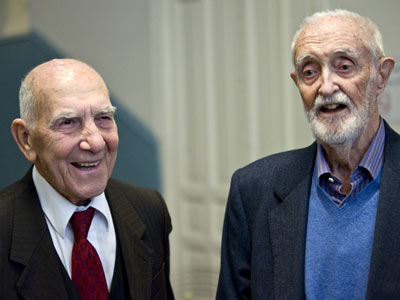 Stéphane Hessel (izquierda) y José Luis Sampedro.