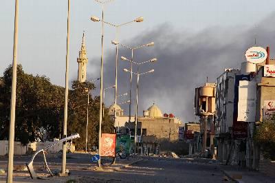 Fotografía de ayer lunes 28 de marzo, en la que se observa una columna de humo en Misrata, 200 kilómetros al este de Tripoli (Libia).