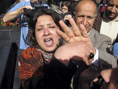 Iman Al-Obeidi, en el momento de ser expulsada del hotel de periodistas. - EFE