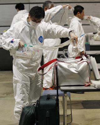 Control de los enseres de un desplazado en el distrito de Fukushima. - REUTERS