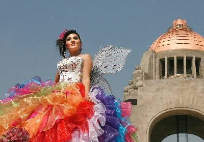de quinceañeras mexicanas acuden a desfile de vestidos para su fiesta