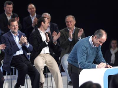 Mariano Rajoy aplaude la firma del manifiesto contra la corrupción por parte del president Francisco Camps.