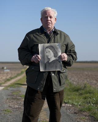 Pablo Caballero, con la foto de su tía Josefa, en la finca donde la mataron.