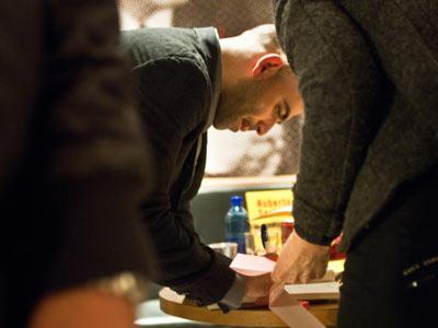 Saviano firma libros en la librer?a de Feltrinelli en Mil?n, el pasado 2 de marzo. D. P.