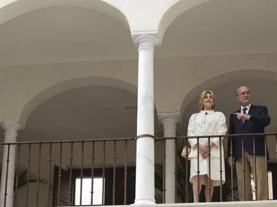 Carmen Cervera junto al alcalde de Málaga, en las instalaciones del museo, en Málaga. Daniel pérez