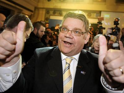 Timo Soini, líder de Auténticos Finlandeses, celebra el resultado de los primeros escrutinios. AFP