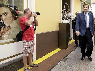 Un turista fotografía a Mariano Rajoy hoy en Santa Cruz de Tenerife.-