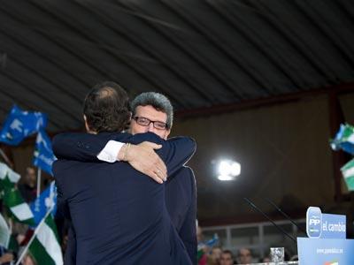 Ricardo Tarno abraza a Mariano Rajoy en un acto del partido. laura león