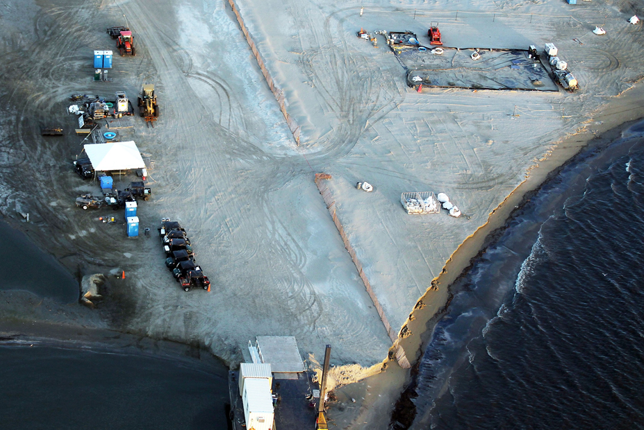 Tareas de limpieza en la playa de Barataria Bay continúan un año después del vertido en el Golfo de México