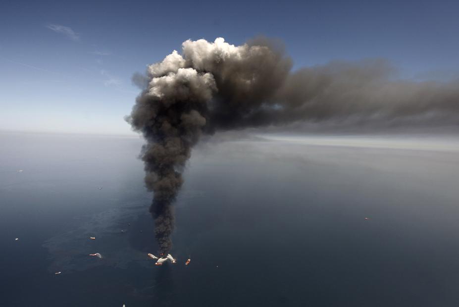 Humo procedente de la explosión de BP el 21 de Marzo 2011 en el Golfo de México.