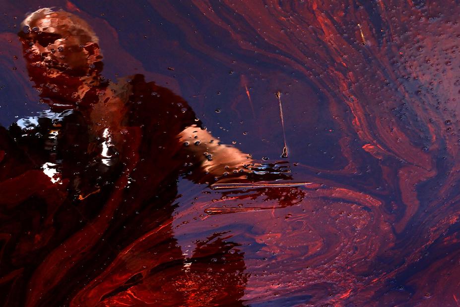 El periodista Anderson Cooper reflejado en el vertido del agua en Blind Bay, Luisiana. 26 de Mayo 2010.