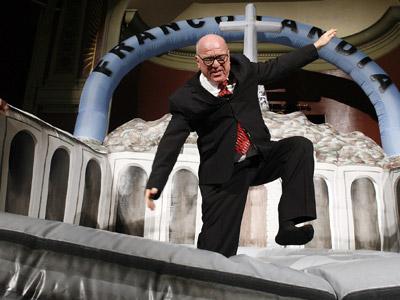 Leo Bassi salta sobre un castillo hinchable que simula el Valle de los Caídos. m. patxot