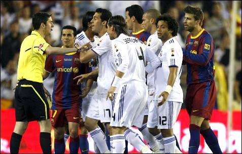 Los jugadores del Barcelona y Real Madrid protestan al colegiado Alberto Undiano Mallenco. EFE/Víctor Lerena