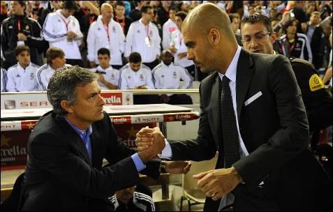 Guardiola y Mourinho se saludan. AFP PHOTO / LLUIS GENE