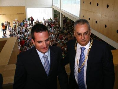 El más polémicoEl alcalde socialista de Benidorm, Agustín Navarro, con el tránsfuga del PP que le apoyó, José Bañuls, en septiembre de 2009.