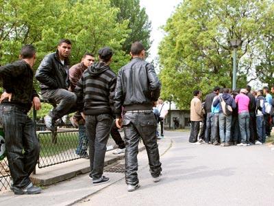 Un grupo de inmigrantes tunecinos permanecía ayer en un parque cercano a Porte de la Villette, en el norte de París. afp / thomas samson