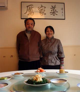 Li Aiyin, nieta del chef del emperador, y su marido Wang Shangyi, en su restaurante / EFE.