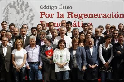 Foto de familia, ayer viernes en la terraza de la sede federal de IU, tras la firma del 'Código ético por la regeneración democrática'.