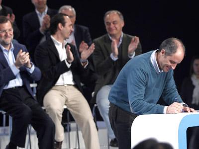 Francisco Camps firmó el pasado 5 de marzo en Palma el compromiso por la regeneración que suscribieron todos los candidatos del PP que concurren al 22-M. JAIME REINA