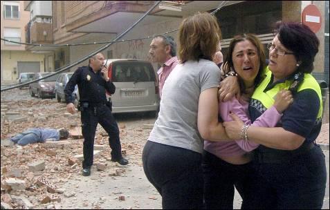 Afectados por el terremoto en Lorca. ISRAEL SÁNCHEZ / J.F. MORENO (EFE)