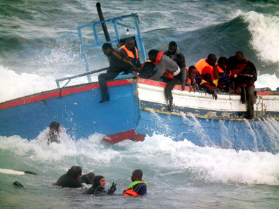 Denegación de auxilio a inmigrantes. Rescate, en abril, de fugitivos de la guerra de Libia cuya patera embarrancó; en mayo, la OTAN dejó morir a 61 náufragos. -