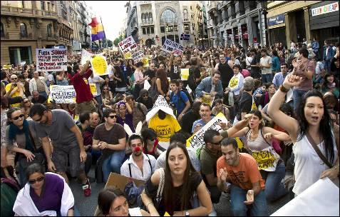 Miles de personas se manifestaron por las calles de Barcelona en contra de los políticos y el sistema financiero bajo el lema ' Toma la Calle'.