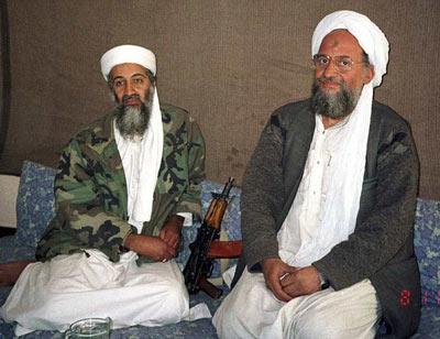 Ayman Al Zauahiri sentado junto a Osama Bin Laden en noviembre de 2001.