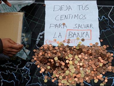 'Salvar a la banca'Los acampados en la Plaza Mayor de Gijón hicieron ayer una colecta simbólica para 'salvar a los bancos', a los que identifican como culpables de la crisis.