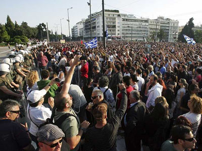 Miles de ciudadanos se congregan en la Plaza Syntagma de Atenas, Grecia, frente al Parlamento./EFE