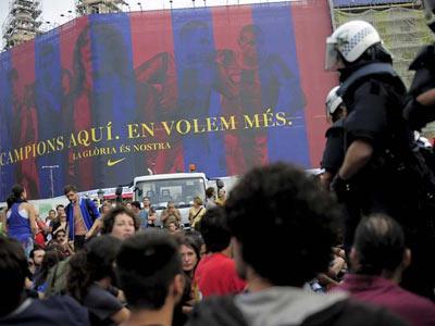 Los acampados en Plaza Catalunya en el momento del desalojo./AFP