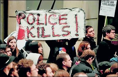 Manifestantes con pancartas: 'La Policía mata'. afp