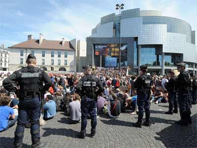 La policía francesa, con los indignados de la plaza de la Bastilla, en París. AFP